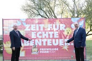 Reiner Haseloff und Landrat Wulfänger vor dem Motiv der Kampagne.jpg